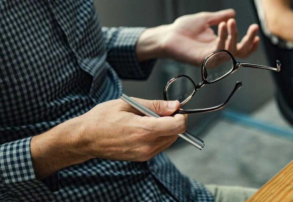 How to Choose Between Contact Lenses and Glasses
